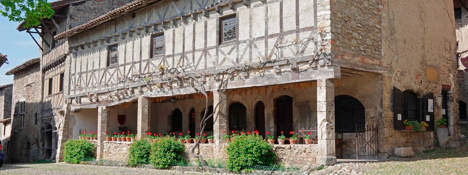 Kanpai Tourisme - Perouges medieval Town and La Dombes region