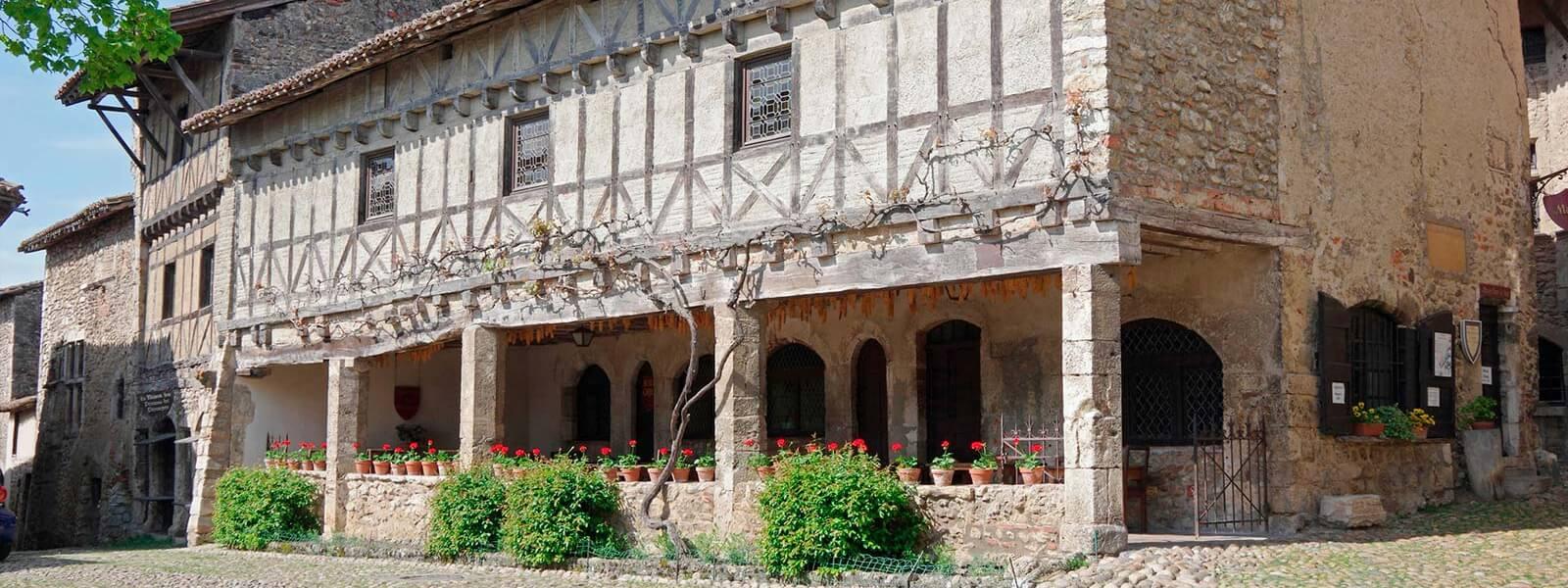 Kanpai Tourisme - Perouges medieval Town and La Dombes region